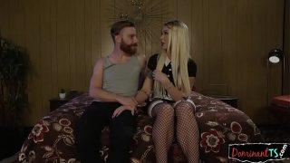 Belle transsexuelle blonde aux cheveux long et tatouée adepte du footjob s'empale sur la matraque de son mec